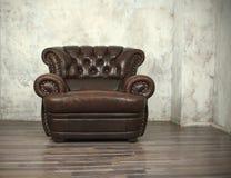Chaise en cuir de vieux brun de vintage Images libres de droits