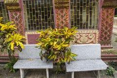 Chaise en pierre devant la maison anchient images libres de droits
