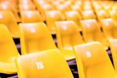 Chaise en plastique avec tous les nombres dans la grande salle de conférence photos stock