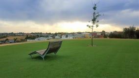 Chaise et arbre dans le coucher du soleil Image libre de droits