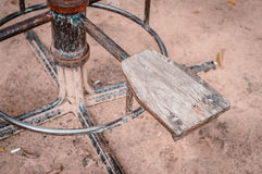 Chaise et carrousel en bois de vintage pour des enfants en parc Image libre de droits