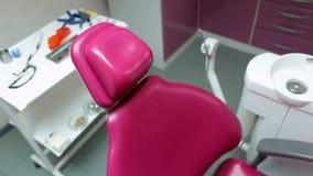 Chaise et instruments dentaires dans le bureau dentaire banque de vidéos