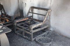 Chaise et meubles dans la chambre après brûlé par le feu dans la scène de brûlure Images stock