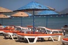 Chaise et parapluie de plage Images stock
