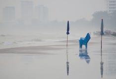 Chaise et parapluie sur la plage de Huahin Photo libre de droits
