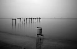 Chaise et pont en bois gaspillés Photographie stock libre de droits