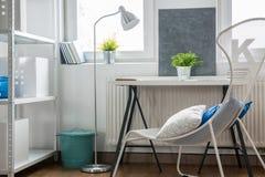 Chaise et table élégantes photographie stock