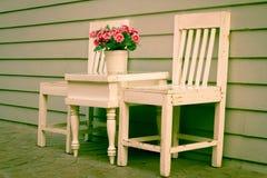 Chaise et table avec le vase à fleurs Photos stock