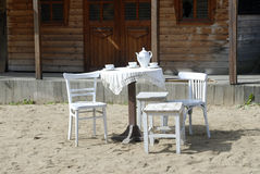 Chaise et table blanches dans le village Photos stock