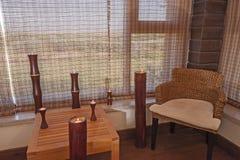 Chaise et table dans une salle de relaxation images libres de droits