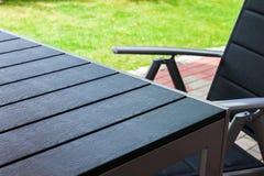 Chaise et table de jardin Photo stock