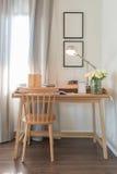 Chaise et table en bois avec la lampe moderne dans l'espace de fonctionnement Photos libres de droits