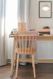 Chaise et table en bois avec la lampe moderne dans l'interio de l'espace de fonctionnement Image stock