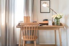 Chaise et table en bois avec la lampe moderne dans l'interio de l'espace de fonctionnement Image libre de droits