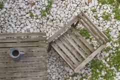 Chaise et table en bois dans le jardin Photos libres de droits