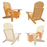 Chaise extérieure en bois classique avec le plaid volumineux de knit Meubles de jardin réglés dans le style d'adirondack Photographie stock libre de droits