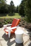 Chaise gentille et table de conception moderne dehors Photographie stock