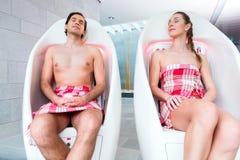 Chaise infrarouge de couples de station thermale de bien-être Photos libres de droits