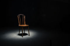 Chaise isolée à la salle vide images libres de droits