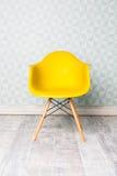 Chaise jaune moderne image stock
