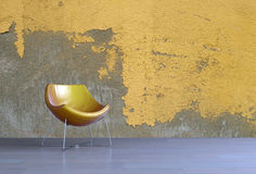 Chaise jaune moderne simple de baquet dans un salon Photos libres de droits