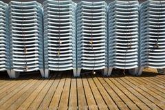 Chaise longue che aspettano una stagione estiva Immagine Stock