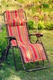 Chaise longue dans le jardin ensoleillé d'été Photo stock