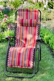 Chaise longue dans le jardin ensoleillé d'été Photos libres de droits