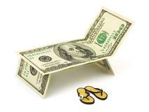 Chaise-longue die van geld en strandschoenen wordt gemaakt Stock Foto