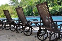 Chaise-longue en zwembad Stock Afbeelding