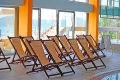 Chaise longue meravigliose installate nell'hotel Fotografia Stock Libera da Diritti