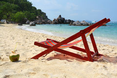 Chaise-longue op strand royalty-vrije stock afbeelding