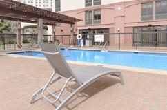 Chaise longue simple sur le côté de piscine Images libres de droits