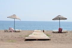 chaise longue sull'oceano della spiaggia Fotografia Stock