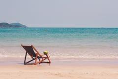 Chaise longue sulla spiaggia contro il mare Fotografia Stock