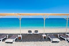 Chaise longue sulla spiaggia in Kemer, Turchia fotografia stock libera da diritti