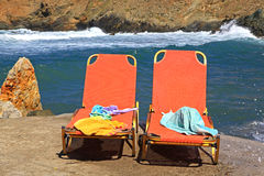 Chaise-lounge alla spiaggia sabbiosa Immagini Stock Libere da Diritti
