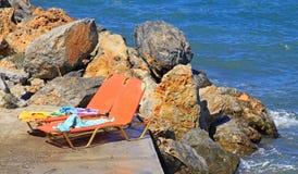 Chaise-lounge alla spiaggia sabbiosa Fotografia Stock