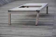 Chaise-lounge di legno anziana immagini stock