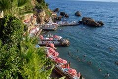 Chaise-lounge di Sun alla spiaggia di Adalia, Turchia Immagine Stock