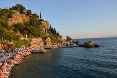 Chaise-lounge di Sun alla spiaggia di Adalia, Turchia Fotografie Stock Libere da Diritti