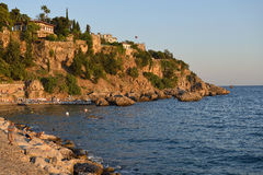 Chaise-lounge di Sun alla spiaggia di Adalia, Turchia Fotografie Stock