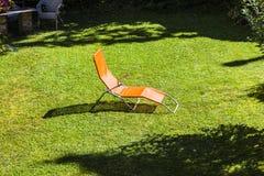 Chaise-lounge di Sun nel giardino Fotografie Stock Libere da Diritti