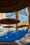 Chaise-lounge di Sun sull'hotel Immagini Stock
