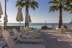Chaise-lounge di Sun sulla piscina privata fotografie stock libere da diritti