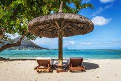 Chaise-lounge ed ombrello sulla spiaggia tropicale in Mauritius Fotografia Stock