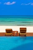Chaise-lounge sulla spiaggia delle Maldive Immagini Stock