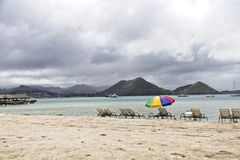 Chaise Lounges och strandparaply royaltyfri bild