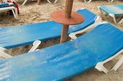 Chaise Lounges och sugrörparaplyer på den härliga sandiga stranden av Palma de Mallorca arkivbilder
