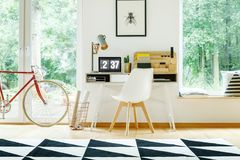 Chaise moderne blanche au bureau Photos stock